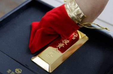 A sales assistant displays a 1000 gram gold bar as an investment for a customer at Caibai Jewelry store, in Beijing, China, August 6, 2019. REUTERS/Jason Lee - RC1CF5DEDCD0